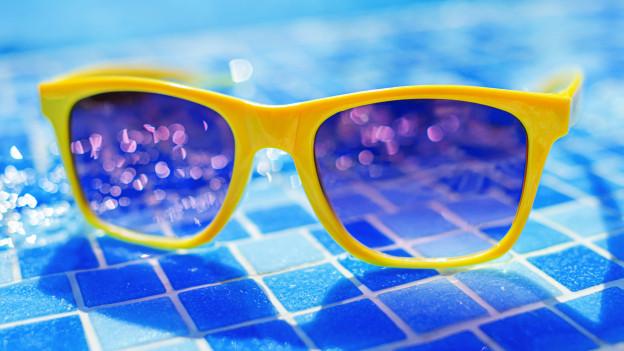 Farbige Sonnenbrille bei Pool