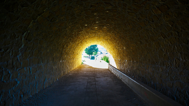 Tunnel am Ende ist Licht und Landschaft
