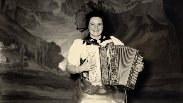 Vreni Kneubühl spielt Handorgel.
