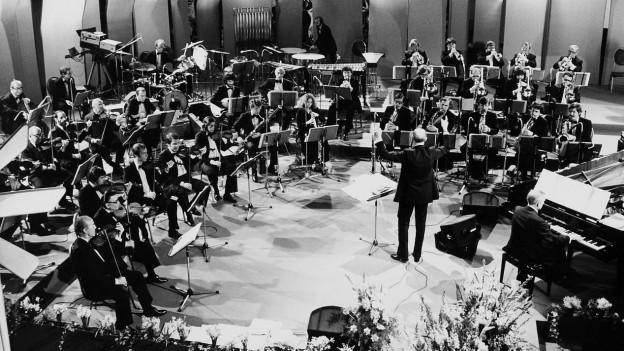 Das Radioorchester mit dem Dirigent.