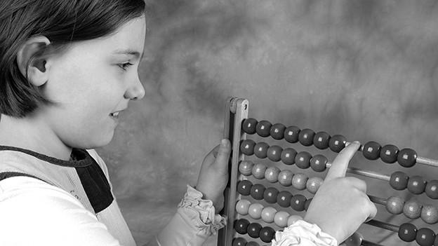 Ein Mädchen mit einem Zählrahmen.