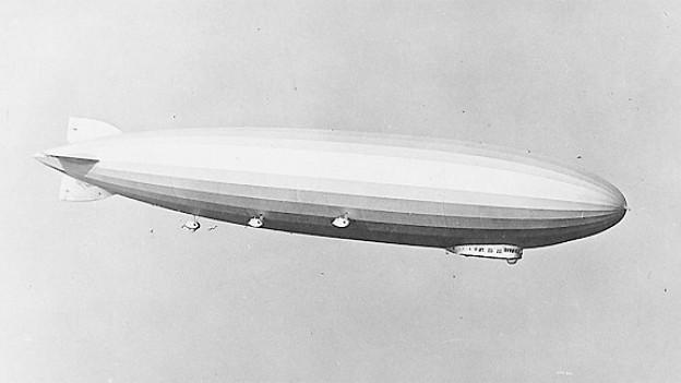 Der Zeppelin LZ 126 fliegt in der Luft.