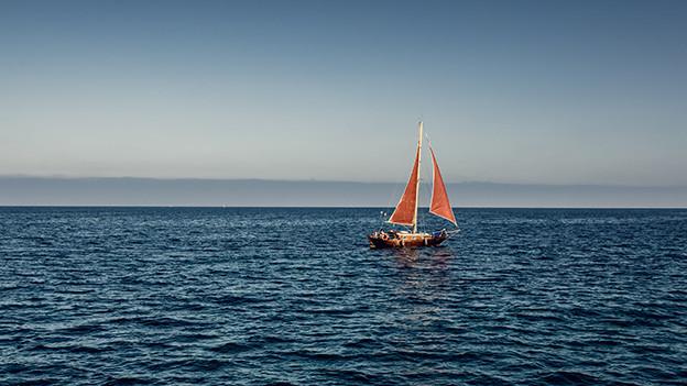 Ein kleines Schiff auf dem Meer.