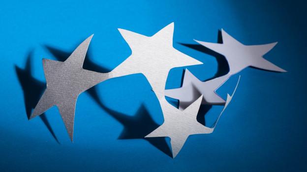 Fünf ausgeschnittene Sterne.