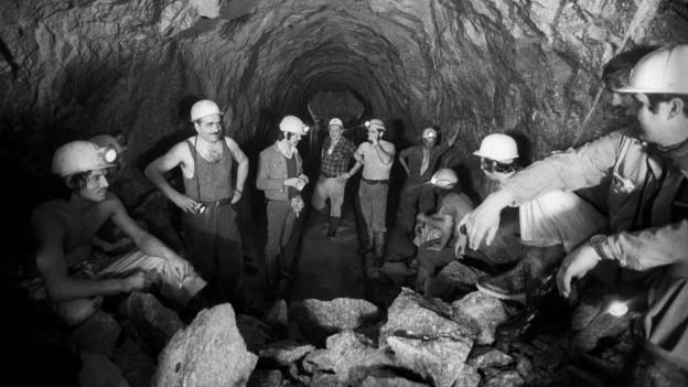 Bauleute in einem Tunnel.