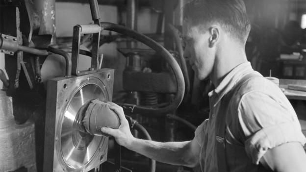Ein Mitarbeiter der Schallplattenfabrik Turicaphon in Riedikon bei Uster im Kanton Zuerich beim Reinigen der Matrizen in der Presse
