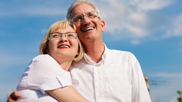Verliebte Senioren umarmen sich.