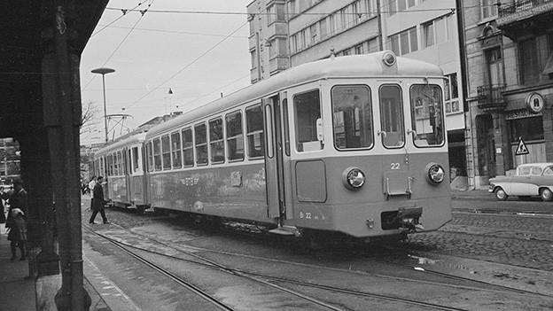 Alte Fotografie von einem Tram an einer Haltestelle.