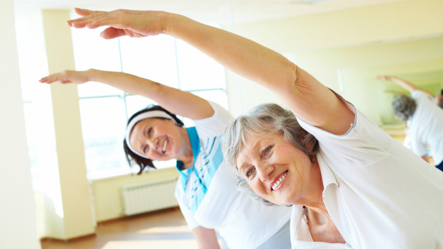 Zwei Seniorinnen beim Turnen.