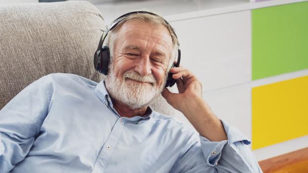 Ein Mann hört Musik mit den Kopfhörern.