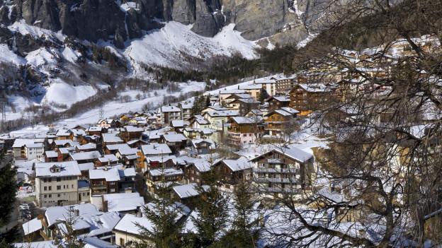 Ein verschneites Dorf.