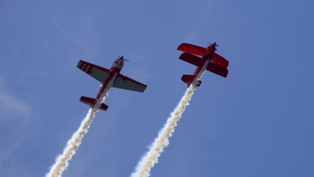 Zwei Flugzeuge fliegen in der Luft.