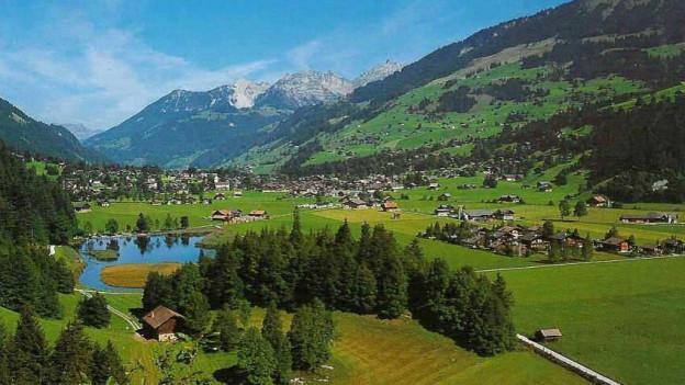 Sicht auf das Dorf Lenk mit Bergen rundherum.