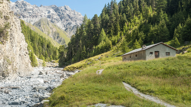 Eine Alphütte in den Bergen.