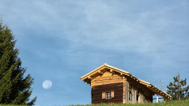 Ein saniertes Maiensaess auf Balnettis oberhalb Calfreisen im buendnerischen Schanfigg.