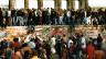Menschen steigen am 9. November 1989 auf die Berliner Mauer vor dem Brandenburger Tor.