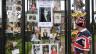Fotos von Prinzessin Diana an einem Tor.