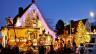 Reichlich mit Weihnachtsbeleuchtung gemschmücktes Haus