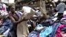 Frau durchwühlt Altkleider auf einem Secondhandmarkt in einem Slum nahe Nairobi.