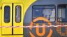 Die Polizei durchsucht das Innere der Strassenbahn nach einer Schiesserei in Utrecht (Niederlande).