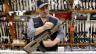 Ein Waffenverkäufer in New Castle, Pennsylvania, präsentiert sein Sortiment.